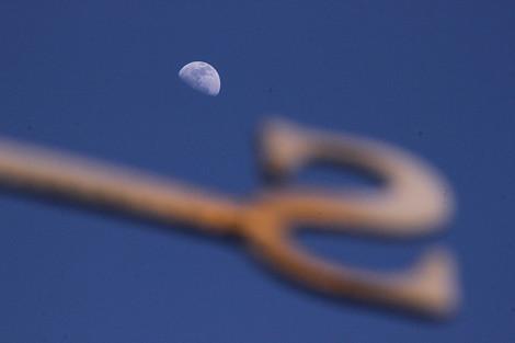 120401half_moon1